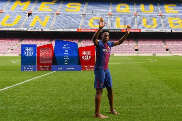 VIDEO: Yerry Mina se presenta descalzo en el césped del Camp Nou