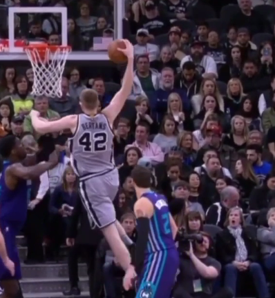 VIDEO: Davis Bertans realiza una clavada espectacular