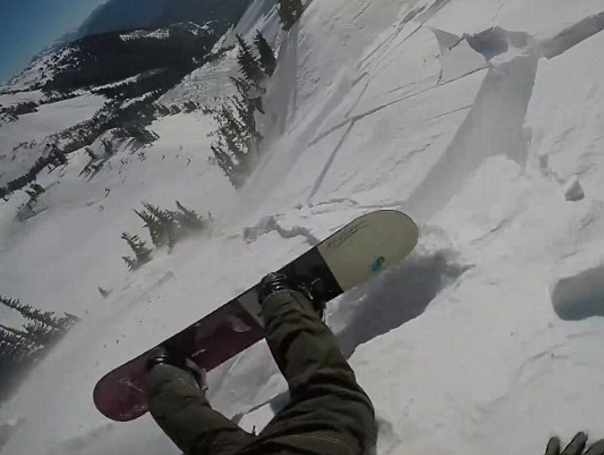 VIDEO: Snowboarder sobrevive a avalancha